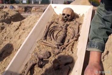 """16世纪""""吸血鬼""""遗骸:口含石块腿插木棍防止复活"""