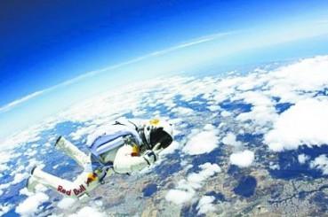 美国男子天堂大跳跃 不背降落伞从万米高空跳下