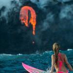 女子火山边上冲浪 几米外就是喷涌岩浆