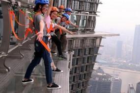 上海启用全球最高全透明无护栏空中步道