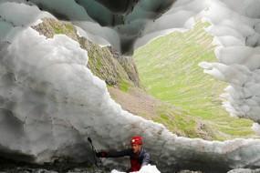 研究者拍摄夏季雪景隧道美景