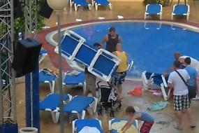 西班牙泳池抢座大战 一声令下游客各出奇招