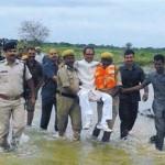 印高官坐人轿视察洪水惹怒网友:把他扔水里!