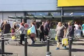 超市停业大派送 4分钟货架被一扫空