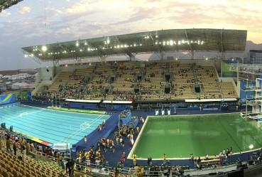 奥运泳池突然变绿色 选手入水就消失
