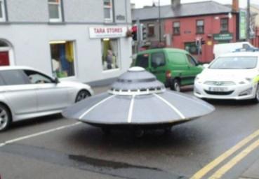 爱尔兰街头惊现UFO:你咋不上天呢?