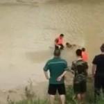 男子嫌天热躺河里睡觉 被当浮尸抢救