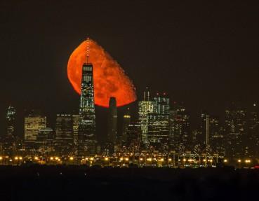 美摄影师守候两年终于拍到完美血红色月亮