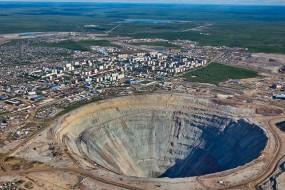 俄钻石矿坑估价超千亿 直升机飞过会被吸入