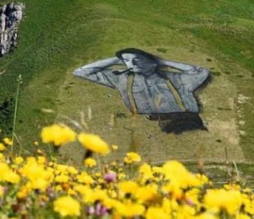 画家在山坡绘制上万平米巨幅画作 场景震撼