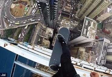 楼顶边缘玩滑板 极限挑战太疯狂