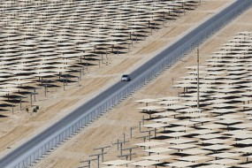 沙漠铺满镜子用来发电 400个足球场面积场景壮观