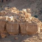百米巨石上竟有村庄 奇幻画面令人震撼