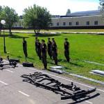 俄军人4分钟内组装装甲车