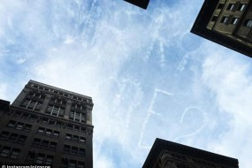 小伙求婚出大招 用飞机在天上写字