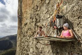 女子攀登垂直峭壁 晚上挂在悬崖睡觉