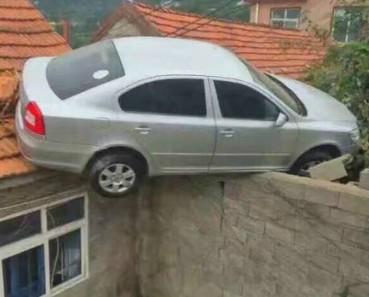 司机车技惊人 倒车直上屋顶