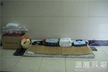 流浪汉被子叠成豆腐块 衣物整洁一丝不乱