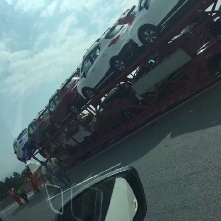 司机当场吓傻!大货车遭遇恐怖一幕:车头悬空-趣闻巴士
