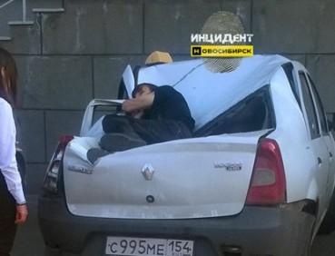 俄少年23楼坠下砸瘪汽车捡了条命