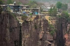 世上最险峻村庄 河南郭亮村建在悬崖上