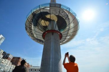 观景台因游客集中在一侧而失去平衡