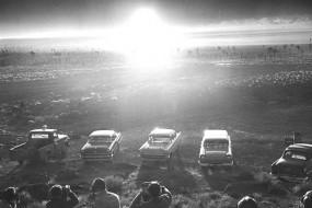 美国老照片展示核爆威力 与蘑菇云合影成当年时尚