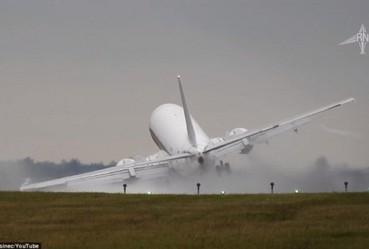 实拍飞机降落险被大风吹翻惊悚一幕