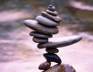 男子凭超强平衡术将卵石叠放在一起