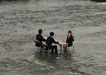 河里三人正装端坐 日本现最奇葩面试