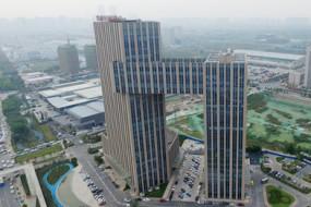 郑州一建筑酷似央视大楼 网友戏称小裤衩