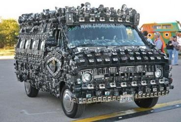 车身贴800台相机 连碰瓷党都吓跑了