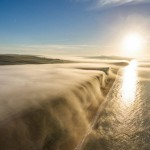 航拍悬崖浓雾倾泻而下 场景震撼