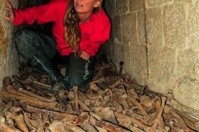 少女百年古墓探险 墓中白骨成堆