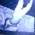 监控拍下婴儿倒立睡觉惊人一幕
