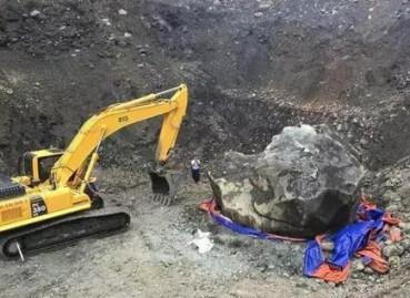 缅甸挖出200吨巨石 竟是翡翠原石
