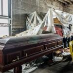 男子拍百年废弃殡仪馆 画面阴森惊悚