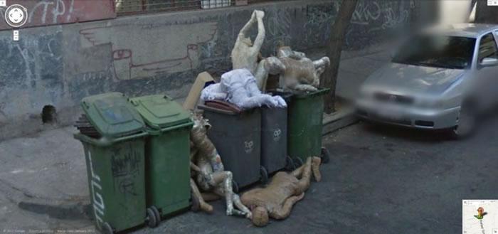 几个木乃伊装饰品被弃于智利的垃圾箱,几可乱真。