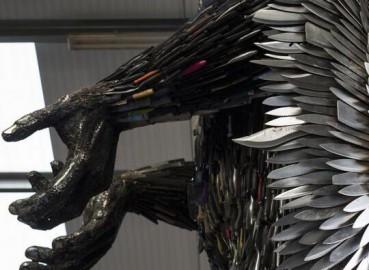 艺术家用尖刀拼成巨型天使像