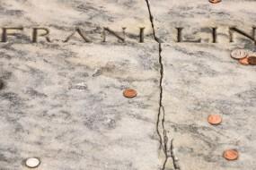 外国人也迷信 美国父墓碑竟被硬币砸裂了