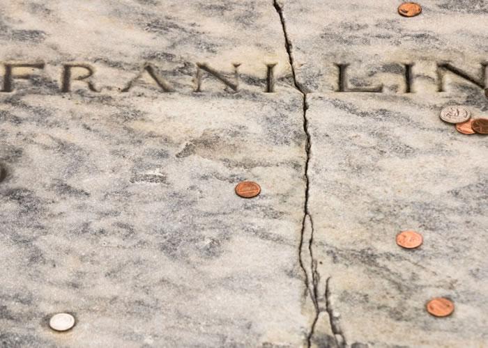 富兰克林墓碑出现裂痕。