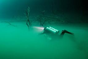 潜水员拍湖底神秘白雾