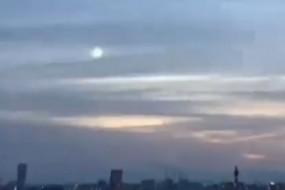 日本天空飞过神秘绿色球状物体