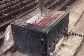 男子展示高压水流切割器 削铁如泥