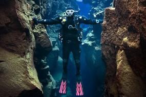 冰岛一处海底地形奇特 张开双臂就能触摸欧美大陆