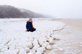 俄罗斯海岸现巨型雪球堆 吸引无数人前往拍照