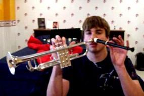 音乐天才用两个鼻孔同时吹奏2种乐器
