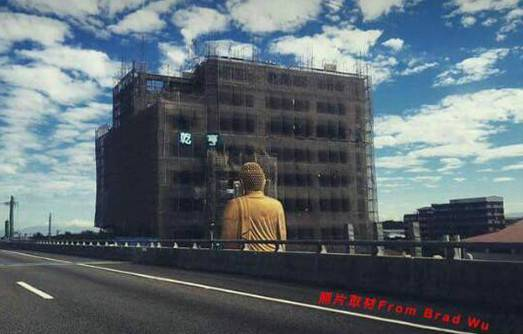 """不过,由于佛像正对面就是一栋施工中的大楼,而且距离非常近,外界质疑未来的住户如果必须每天和佛祖""""四目相接"""",恐怕会带来很重的压迫感。-趣闻巴士"""