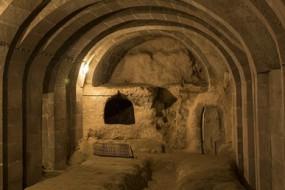 男子装修地下室发现密道 最后竟挖出一座地下城