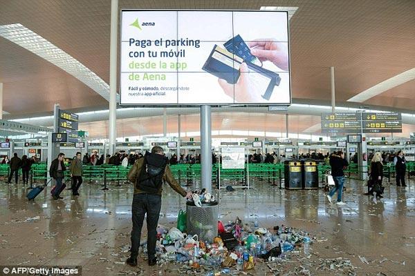 抵达这个机场后,眼前景象让旅客惊呆了